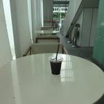カフェ・セレ - テイクアウトコーナーの裏側にテーブルと椅子があります。