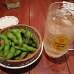 まぐろやナポレオン - 生ビールも超炭酸角ハイボールも280円。お通しは枝豆。