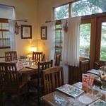 ドリプレ・ローズガーデン カフェ - 店内のテーブル