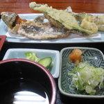 そば処 まるきや - 岩魚の唐揚げと野菜天麩羅