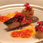 ラ・ブランシュ - 料理写真:炙った秋鯖に万願寺唐辛子のソース、紫キャベツのマリネ、マスカットと巨峰のコンフィ添え