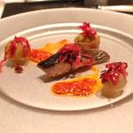 ラ・ブランシュ - 炙った秋鯖に万願寺唐辛子のソース、紫キャベツのマリネ、マスカットと巨峰のコンフィ添え