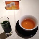 21852844 - ほうれん草とりんごの野菜ジュースとほうじ茶...