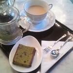 21853767 - 秋のおすすめ、ほうじ茶セット。抹茶のパウンドケーキついてます