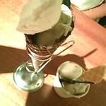 コンテナ - ジェラート コーンとカップ