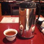 海賓亭 - お茶はポットで各テーブルに置いてあります。