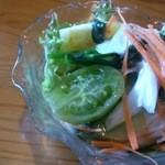 レストランれむの巣 - サラダのトマトはグリーントマトとイエロートマトでした