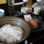 なとりさんちのたまごや工房 - 産みたてを農場より直送している卵で、卵かけご飯。卵はもちろん、米や醤油まで美味しい。