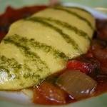 なとりさんちのたまごや工房 - 「彩り野菜のトマト煮ソース」最高級卵「ハーブづくし卵」をたっぷり使った、ふわふわトロトロオムライス。