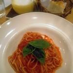 アフタヌーンティー・ティールーム - 料理写真:オーガニックトマトソースパスタ(単品1038円)カボチャとメープルラテ(657円)