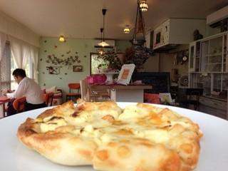 garden kuu CAFÉ - 4種のチーズピザ。後半戦ははちみつをかけてデザートピザにしても♡
