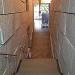 茶洒 金田中 - 階段の上から~緑は表参道の並木。