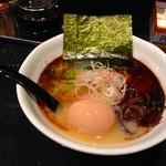 21882783 - 白湯【黒】味玉のせ。併せて合計¥900。とにかく美味い!!鳥出汁の風味がとにかく凄い。