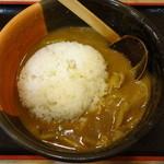 かとう - もちもち太麺のうどんを食べ終わった後には、残しておいたライス大盛を気持ちよくジャボリと入れます。