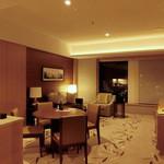 インターコンチネンタルホテル大阪 - 広々としたリビング&ダイニング。ダイニングテーブルの向こう側は心地いいソファよ~。o^.^o