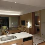 インターコンチネンタルホテル大阪 - キッチンからリビング&ダイニングとベッドルームの入口を撮影。