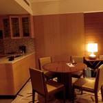 インターコンチネンタルホテル大阪 - ダイニングテーブルの左側はキッチン。このテーブルで無線ランでパソを使用。ベッドサイドにパソコンデスクがあったけれど、こっちの方がベッドで寝てる人の邪魔にならないので、◎