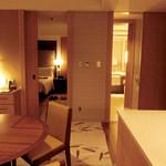 インターコンチネンタルホテル大阪 - 左のドアの向こうはベッドルーム、右側のドアの向こうはおトイレとバスルーム。