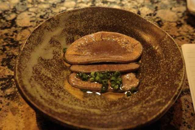うしごろ 貫 恵比寿本店 - まずはお通しとして運ばれてきたタンの煮物をぺろりと食し(柔らかくて口の中で蕩けるようでした)