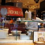 サルヴァトーレクオモ&バール - 店内のカウンター奧には大きなピザ釜。
