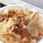 21890926 - 温豆腐100円。豆腐はもちろん、鰹節も美味しいっ!
