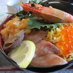 味政 - 海鮮丼 ズーム 以前食べたものと比べると、食材に若干の違いあり。しかしながら、相変わらず大きなエビ君がド~ンと鎮座。