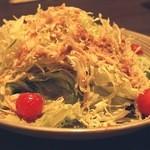 籠屋 - こちら二人分のサラダです。ドレッシングは、最初からかけてあり、和風な感じでした。