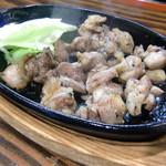 焼鳥げん - 料理写真:親鳥もも肉の鉄板焼き(120g、塩コショー)