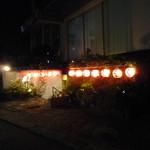 吉松亭 - 裏通りに浮かぶ提灯