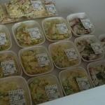 かじま - 総菜や弁当が並ぶ