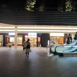 きやり - 店は、ソラシティ地下1F吹き抜けのコンコースに面しています。ここは、千代田線新御茶ノ水駅にも直結。便利です。