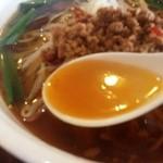 金龍美食  - ラーメンのスープ