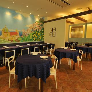 南イタリアの港町を思わせる、開放感溢れる店構え。壁にはポジターノの街並みも。