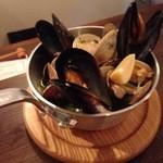 カーニバル - 4種貝類山盛り白ワイン蒸し