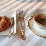 ケーオーホテル - 体にやさしい野菜スープとパン。残ったパンはお持ち帰りできます。