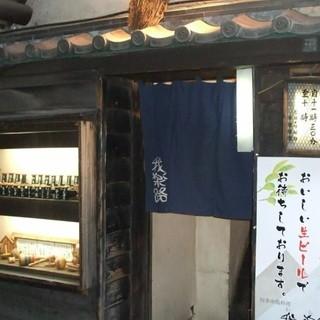 路地裏の暖簾をくぐり、階段を登ると…隠れ家的な雰囲気のお店