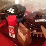ばくだん屋 - テーブル上の調味料