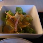 カフェ・ド・グランボワ - サラダにかかっていたニンジンドレッシングも優しい味です