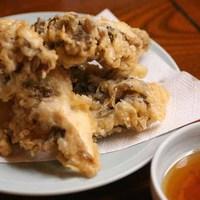 森瀧 - 「舞茸の天ぷら」 定番メニューですね。カラッとあがった天ぷらはサクサクとしていくらでも食べられます。普段は養殖ものですが、時には自ら山奥で採ってきた「天然」の舞茸をお出ししています。 食べられた方はラッキーです。天然物お値段は時価となります。