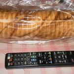 パン工房 プリマベーラ - メープルラウンドパン(リモコンと大きさ比較)