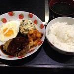 さらい亭 - バーグ定食350円‼︎安すぎ!しかもポテサラに見える白いやつは、なんとオカラです‼︎ボリューム&ヘルシー定食です!