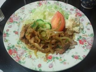 白鳥 - 生姜焼き(850円)ライス、サラダ、お新香、スープ付