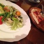 手作りの味 マルサラ - ピザマルゲリータ   蒸し鶏と野菜のサラダ