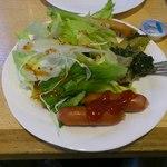 クイーンズベーカリーカフェ - ビュッフェのサラダ、ウィンナー