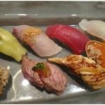 風乃音 - お鮨の盛り合わせ・・肉の炙り・ウニ・茄子・アナゴ・イクラ・カンパチなど。シャリは「バルサミコ酢」でお味付けがされています。創作系ですね。お魚類は熟成されていて、普通に美味しい。