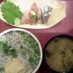 21953593 - 釜揚げシラス丼とお刺身定食880円