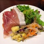 Kagurazaka Italian - 前菜2種とサラダのプレート。大きな生ハムが美味!さつまいも、小アジのマリネ。