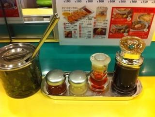どうとんぼり神座 道頓堀店 - 薬味のニラ( 左端 )