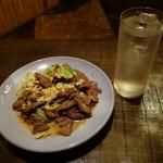酒茶屋やんちゃ亭 - ジンギスカンとキャベツ炒め、由羅王(水割り)500円