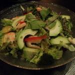21964255 - 釜揚げエビとアボカドのサラダ。アボカドたっぷりで女性が好きそうなサラダです。